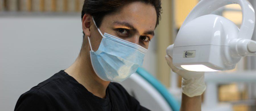 Odontólogo con mascarilla